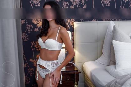 brunette-escort-model